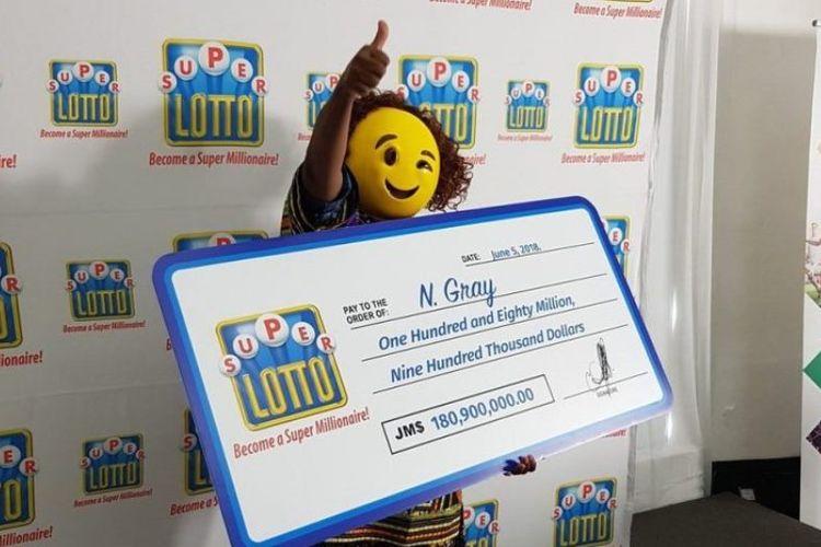 Perempuan pemenang hadiah lotere di Jamaika memilih menggunakan topeng selama konferensi pers penyerahan hadiah.