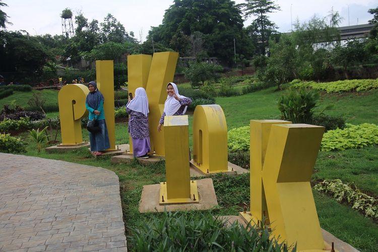 Warga Jakarta menjadikan taman kota yang sudah direvitalisasi sebagai spot foto/