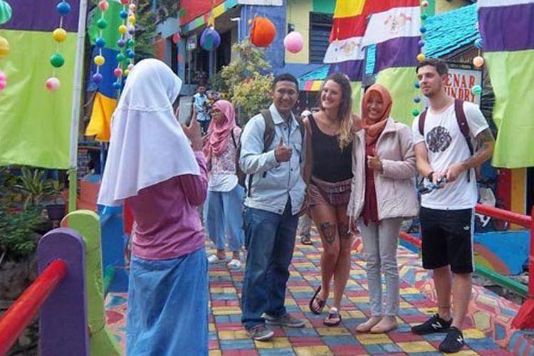 Francessa sedang berfoto bersama dengan pengunjung lain di Kampung Pelangi, Kota Semarang, Jawa Tengah, Selasa (27/2/2017.