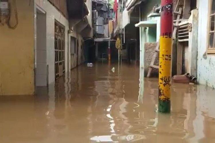 Banjir merendam kawasan Kebon Pala, RW 05, Kelurahan Kampung Melayu, Jatinegara, Jakarta Timur, Jumat (27/3/2020).