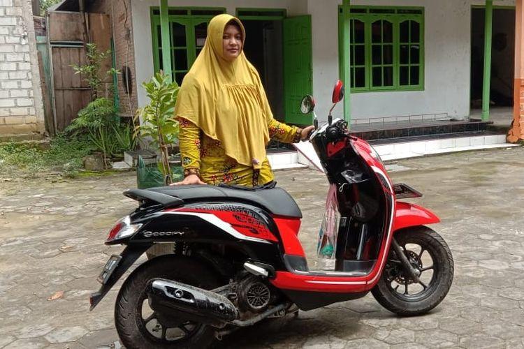 Yahrotul mendapatkan hadiah sepeda motor dalam program #HatiHarusOptimis dari Aqua.