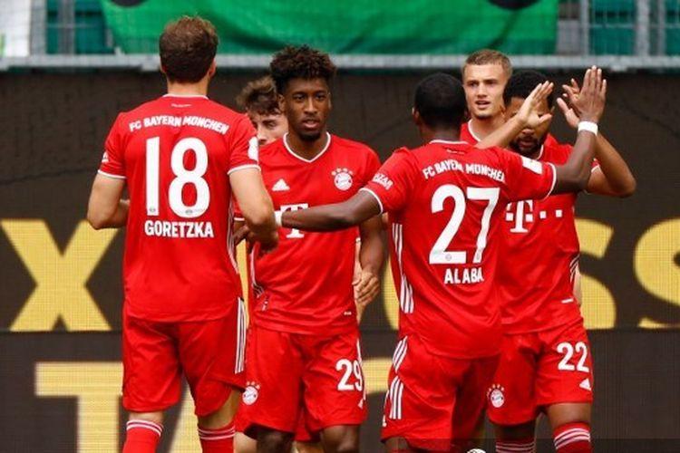 Winger Bayern Muenchen Kingsley Coman merayakan golnya ke gawang Wolfsburg pada pekan ke-34 Bundesliga, di Stadion Volkswagen Arena, Sabtu (27/6/2020).