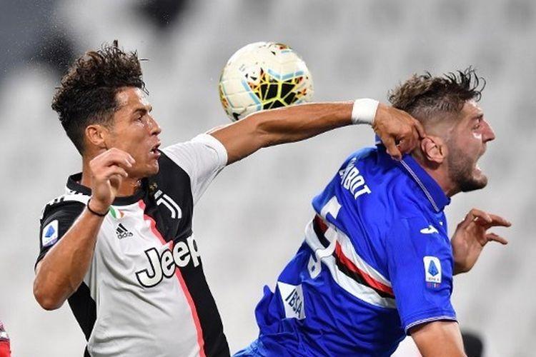 Cristiano Ronaldo berduel dengan Julian Chabot dalam laga Juventus vs Sampdoria pada lanjutan Liga Italia pekan ke-36 yang dilangsungkan di Stadion Allianz, Senin (27/7/2020) dini hari WIB.