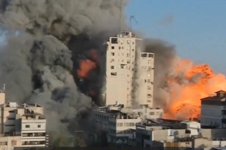 Menara di Gaza yang meledak karena serangan bom Israel yang tanpa sengaja terekam dalam siaran TV.  [Via The Sun]