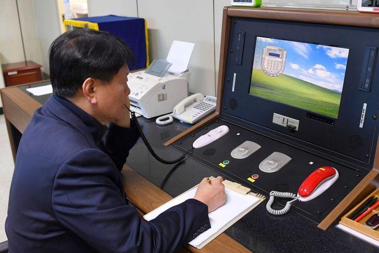 Seorang pejabat Korea Selatan tengah berkomunikasi dengan pihak Korea Utara.