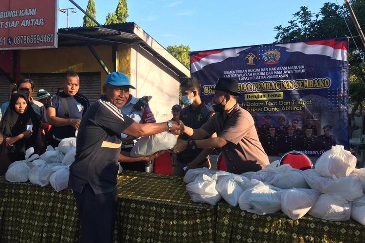 Bahan pokok sebagian hasil pertanian narapidana Lapas Klas II A Pamekasan dibagikan gratis kepada warga miskin. 200 paket bantuan langsung ludes.