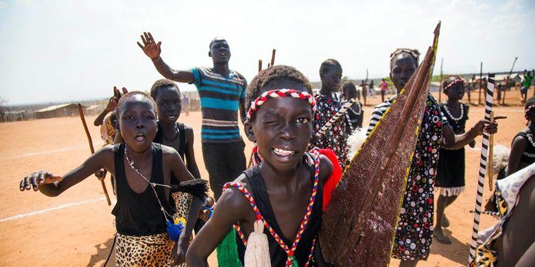 Anak-anak di Sudan Selatan menampilkan tarian dan nyanyian tradisional saat menyambut rombongan UNESCO di Juba, pada Desember 2017 lalu.