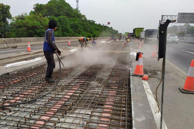 Pekerjaan jalan di Tol Jagorawi