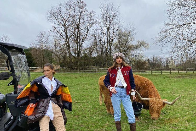 Gigi Hadid (kanan) bersama adiknya Bella Hadid berpose untuk #VoguePostcardsfromHome.