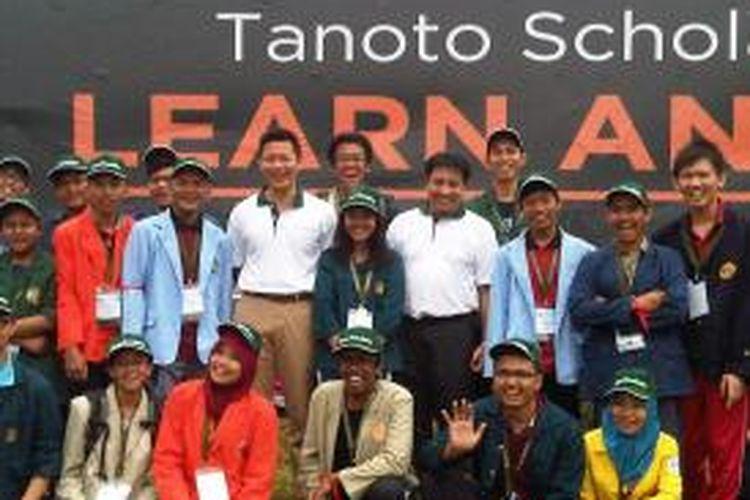 Anderson Tanoto, anggota Board of Trustees Tanoto, dan Sihol P Aritonang, Ketua Pengurus Tanoto Foundation pada pembukaan Tanoto Foundation Gathering 2014 di Pangkalan Kerinci, Riau, Selasa (19/8/2014).