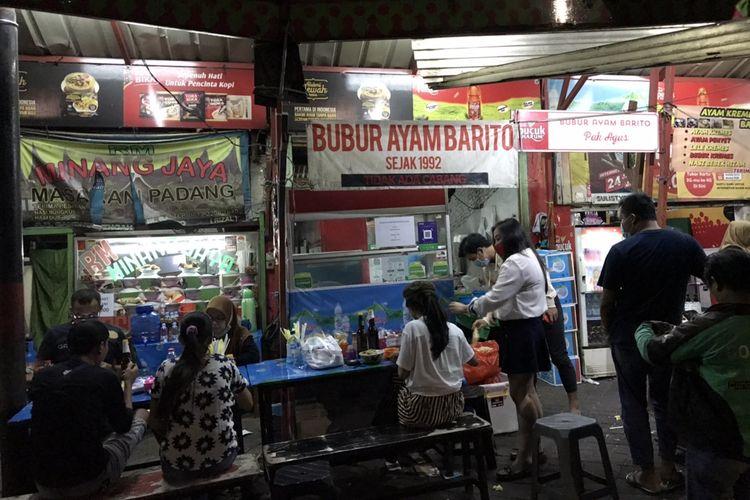 Pengunjung Bubur Ayam Barito di Kebayoran Baru, Jakarta Selatan, Selasa (7/7/2020) malam.