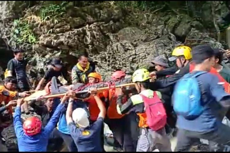 Eva (24), mahasiswi yang dilaporkan hilang oleh rekan-rekannya saat mendaki di Gunung Abbo, Kelurahan Leang-leang, Kabupaten Maros, Sulsel sejak Minggu (6/6/2021) akhirnya berhasil ditemukan selamat, Rabu (9/6/2021).