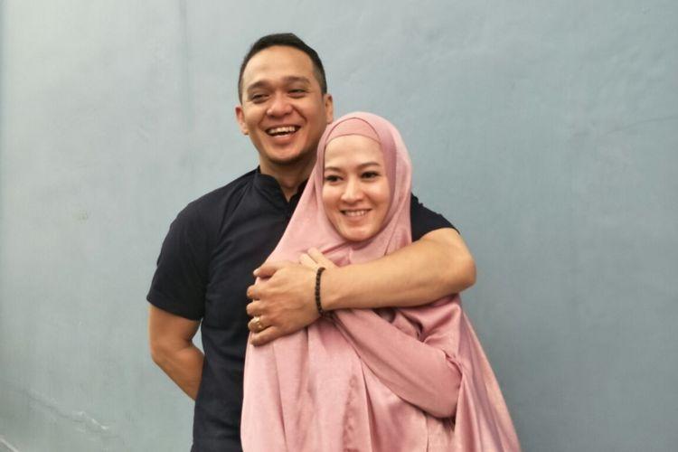 Lyra Virna  bersama sang suami Fadlan Muhammad saat ditemui di kawasan Tendean, Jakarta Selatan, Senin (9/4/2018).