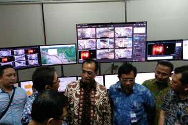 Menteri Perhubungan (batik cokelat) Budi Karya Sumadi melakukan peninjauan ke Pelabuhan Dwikora Pontianak dan Bandar Udara Supadio Kalimantan Barat, Jumat malam (2/9/2016). Pramdia Arhando/KOMPAS.com