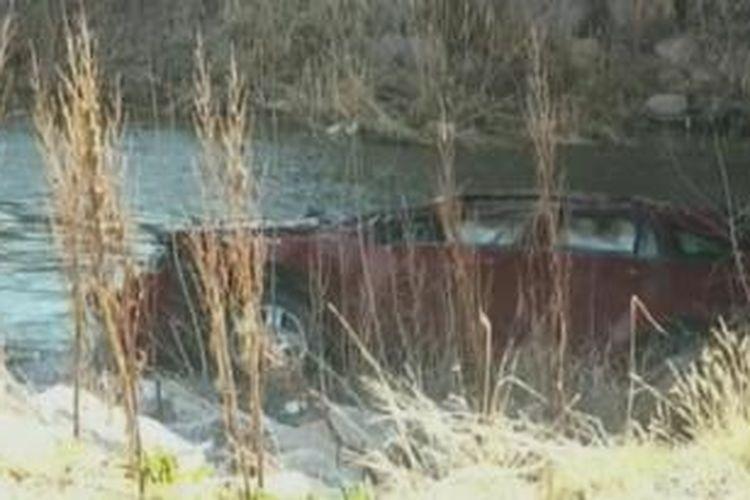 Menurut laporan polisi, seorang nelayan menemukan bayi perempuan berusia 18 bulan dan ibunya pada Sabtu (7/3/2015) dalam sebuah mobil empat pintu yang terbalik di Spanish Fork River di Utah.