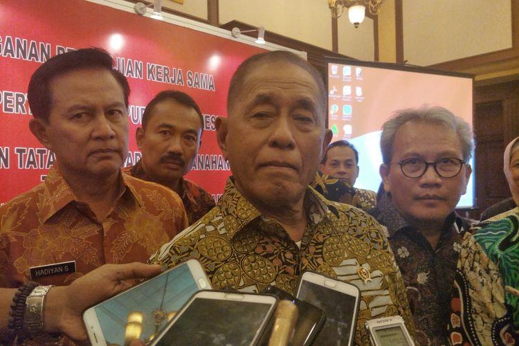 Menteri Pertahanan Ryamizard Ryacudu usai penandatanganan kerja sama penanganan masalah tanah dengan Kementerian Agraria dan Tata Ruang/Badan Pertanahan Nasional (ATR/BPN), di Kementerian Pertahanan, Jakarta Pusat, Jumat (3/11/2017).
