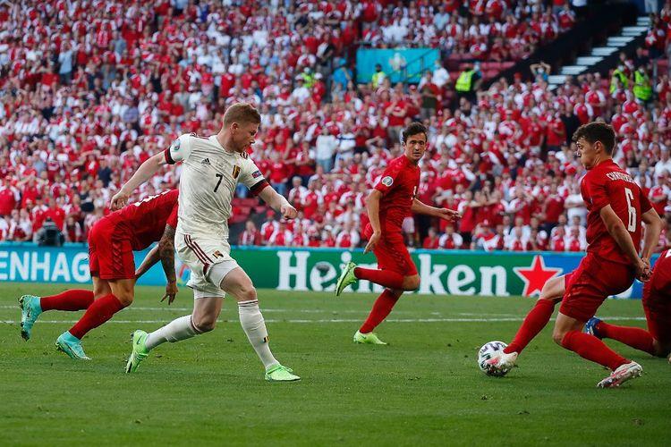 Kevin De Bruyne saat hendak mengoper bola ke Thorgan Hazard pada pertandingan Grup B Euro 2020 antara Denmark vs Belgia di Stadion Parken, Kopenhagen, Kamis (17/6/2021) malam WIB.