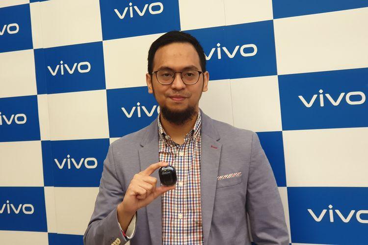 Digital & PR Director Vivo Indonesia, Fachryansyah Farandy memamerkan perangkat TWS bikinan perusahaan di acara Vivo Year End Gathering di Hotel Pullman Thamrin, Jakarta Pusat, Jumat (27/12/2019).