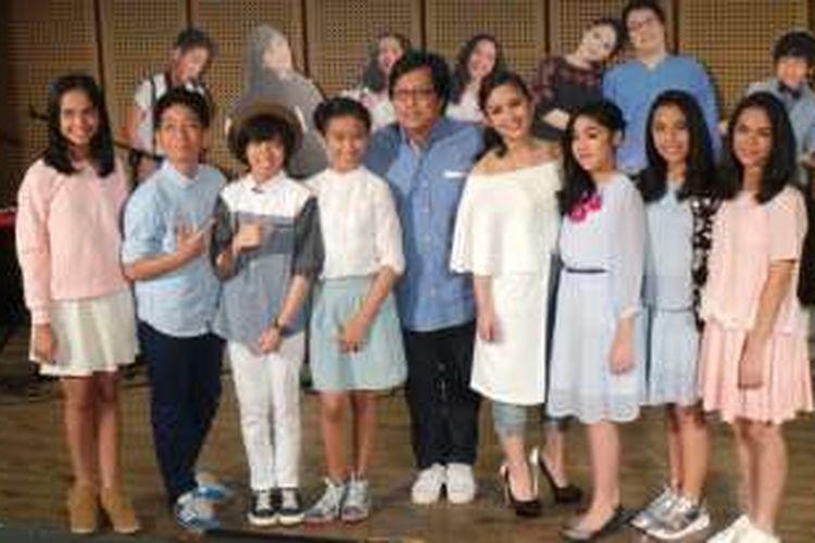 Erwin dan Gita Gutawa bersama tujuh anak DARR generasi dua di Galeri Indonesia Kaya, Jakarta Pusat, Selasa (8/3/2016).