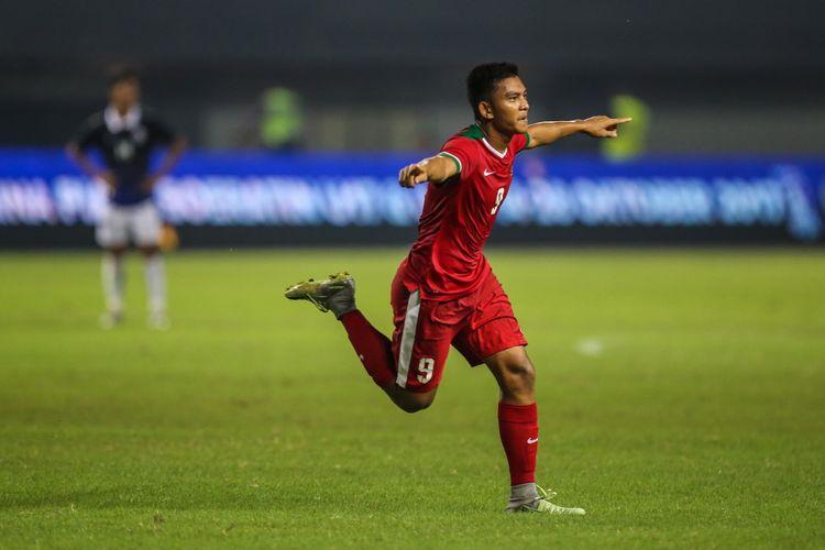 Pemain timnas Indonesia U-19 Muhammad Rafli Mursalim merayakan golnya saat melawan timnas Kamboja U-19 di Stadion Patriot Candrabaga, Bekasi, Jawa Barat, Rabu (4/10/2017). Timas Indonesia U-19 Menang 2-0 melawan Timnas Kamboja U-19.
