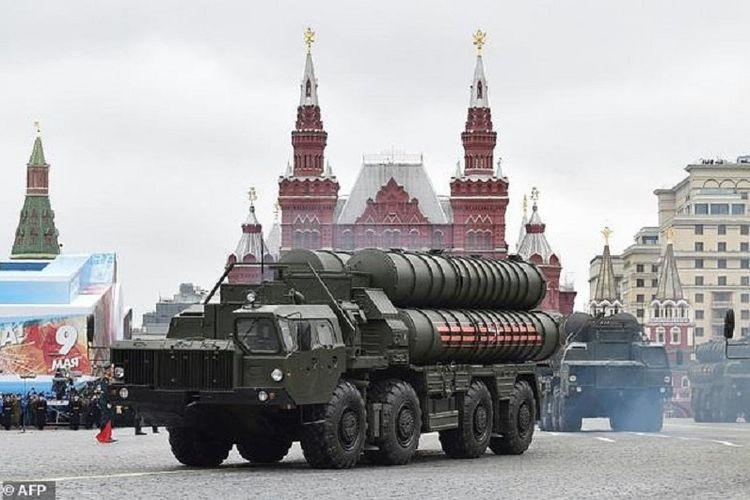 Sistem pertahanan udara S-400 milik Rusia dalam sebuah pawai di Moskwa.