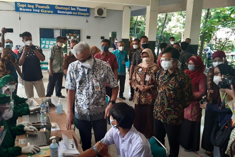 Gubernur Jateng Ganjar Pranowo didampingi Wali Kota Solo Gibran Rakabuming Raka meminjau pelaksanaan vaksinasi siswa usia 12-17 tahun di Solo, Jawa Tengah, Rabu (4/8/2021).
