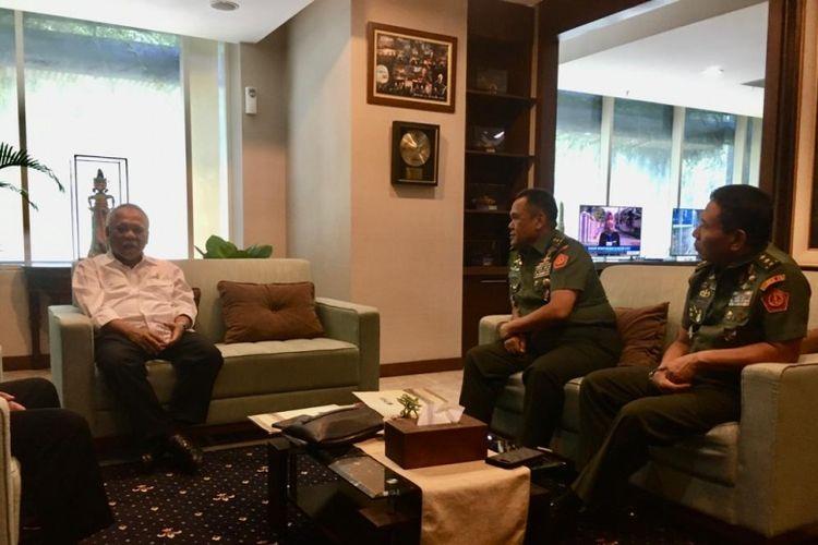 Menteri PUPR, Mochamad Basoeki Hadimeljono (kiri) berdiskusi dengan Wakil Ketua Umum II PSSI, Cucu Soemantri (tengah), Kamis (7/11/2019)