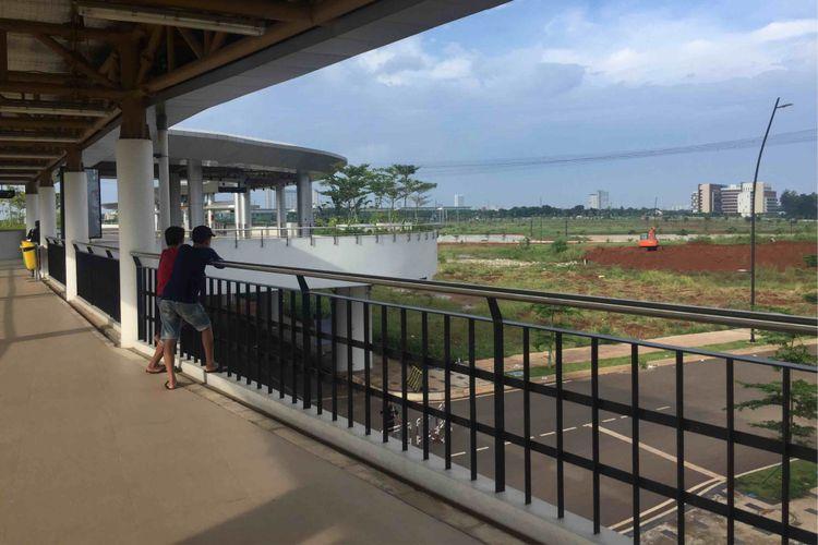 Stasiun Cisauk di Tangerang, Banten kini memiliki wajah baru. Fasilitas di stasiun yang akan diresmikan pada 1 Februari itu memiliki sejumlah fasilitas penunjang  seperti eskalator dan lift. Terdapat juga toilet untuk difabel serta umum dengan kondisi yang bersih. Skywalk sepanjang 450 meter juga dibangun untuk menghubungkan langsung Stasiun Cisauk dan Terminal Intermoda BSD, Rabu (30/1/2019).