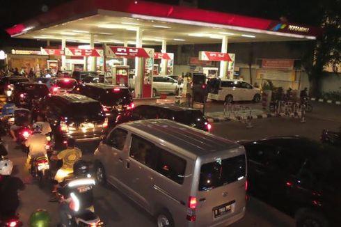 Arus Jalan Macet akibat Kendaraan Antre BBM di SPBU BKPM Tebet