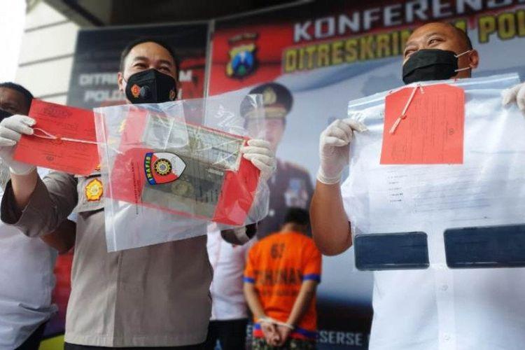 Polisi menunjukkan barang bukti yang disita dari tersangka PP saat merilis kasus investasi bodong berkedok jual beli mata uang asing di Mapolda Jatim, Surabaya, Rabu (25/11/2020).
