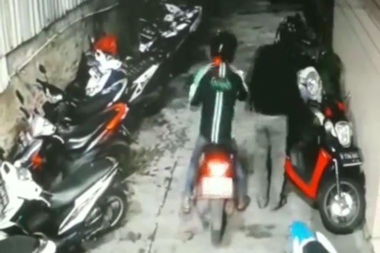 Tangkapan layar akun @kontributorjakarta aksi pencurian motor (curanmor) di Jalan H. Yusuf, Rawa Belong, Palmerah, Jakarta Barat pada Selasa (29/6/2021).