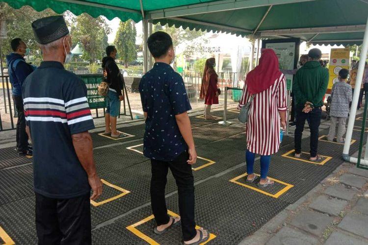 Wisatawan antre masuk ke Taman Wisata Candi Borobudur Magelang, Jawa Tengah, dengan prokes pencegahan Covid-19. Selasa (18/5/2021).