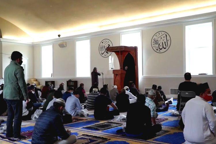 Para jamaah melakukan shalat di Masjid komunitas Muslim Indonesia, IMAAM Center di Maryland.