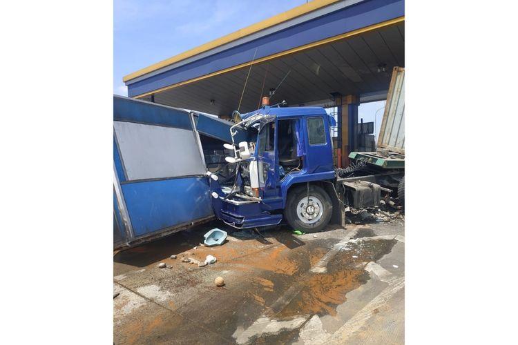 Gardu Tol Halim 2, Jakarta Timur, hancur usai ditabrak truk kontainer, Rabu (29/1/2020).