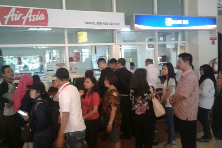 Sejumlah penumpang Air Asia menunggu informasi terkait ditutupnya penerbangan tujuan ke Bali di Bandara Internasional Adi Soemarmo Solo di Boyolali, Senin (27/11/2017).