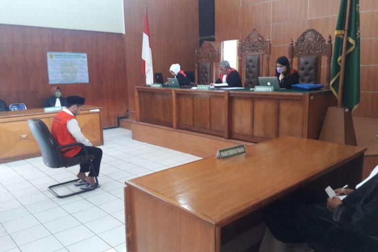 A, salahsatu terdakwa kasus video seks tiga pria satu wanita saat mengikuti persidangan dengan agenda putusan majelis hakim, Kamis (26/03/2020)