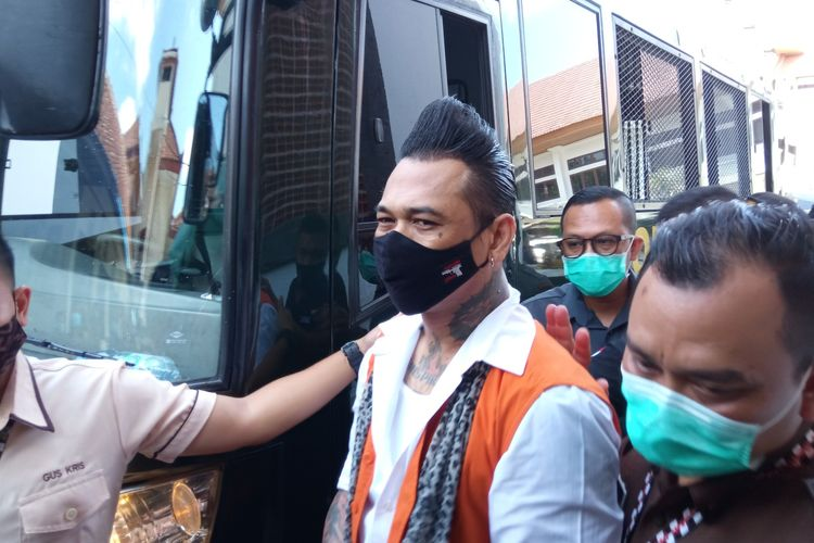 Jerinx usai turun dari mobil tahanan di PN Denpasar, Kamis (19/11/2020).
