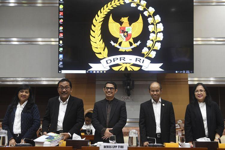Ketua Dewan Pengawas Lembaga Penyiaran Publik TVRI Arief Hidayat (tengah) bersama anggota Made Ayu Dwie Mahenny (kiri), Maryuni Kabul Budiono (kedua kiri), Pamungkas Trishadiatmoko (kedua kanan) dan Supra Wimbarti (kanan) bersiap mengikuti rapat dengar pendapat dengan Komisi I DPR di Kompleks Parlemen Senayan, Jakarta, Selasa (21/1/2020). Rapat tersebut untuk mendapat kejelasan dari Dewan Pengawas TVRI tentang perkembangan penyelesaian masalah pemberhentian Direktur Utama LPP TVRI Helmy Yahya. FOTO ANTARA/Puspa Perwitasari/ama.