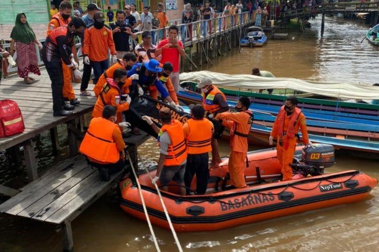 Salah satu korban tenggelamnya perahu motor di Sungai Barito, Kalsel, berhasil ditemukan tim SAR gabungan pada, Minggu (14/3/2021).