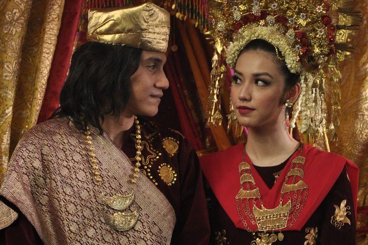 Artis peran Vino G Bastian dan Velove Vexia mengenakan baju pengantin mendiang Chrisye dan Damayanti Noor dalam salah satu adegan film Chrisye.