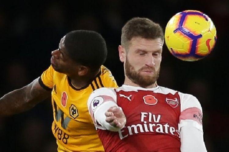 Shkodran Mustafi memenangi duel udara dengan Ivan Cavaleiro dalam pertandingan Arsenal vs Wolverhampton Wanderers di Stadion Emirates dalam lanjutan Liga Inggris, 11 November 2018.