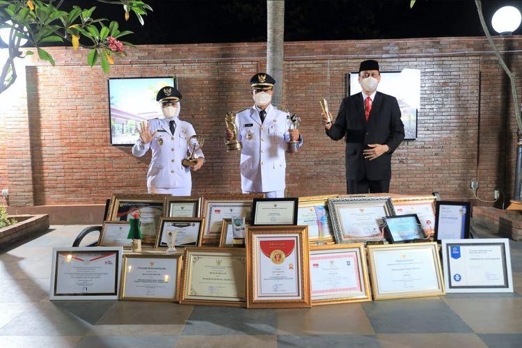 Wali Kota Madiun Maidi bersama Wakil Wali Kota Madiun Inda Raya dan Sekda Kota Madiun Rusdiyanto berfoto bersama 67 prestasi penghargaan yang diraih selama dua tahun memimpin Kota Pendekar.