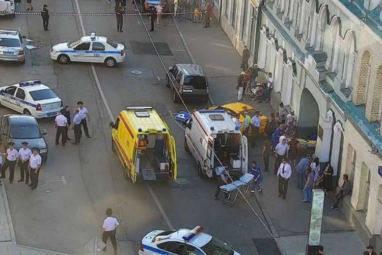 Gambar CCTV yang dikeluarkan oleh  Pusat Lalu Lintas Kota Moskwa, menunjukkan petugas polisi dan paramedis Rusia berada di tempat kejadian, setelah sebuah taksi melaju ke kerumunan pedestrian dan melukai 7 orang pada Sabtu (16/6/2018) di Moskwa Rusia. (AFP)