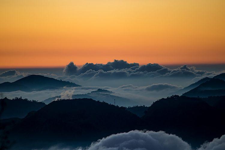 Dataran Tinggi Dieng yang Diselimuti Awan Dilihat Dari Gunung Sindoro.