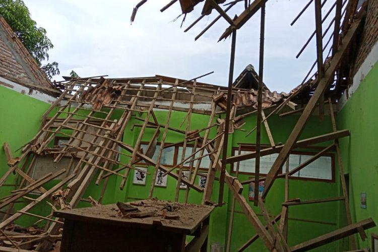 Bangunan atap lapuk, ruang kelas 1 SDN 2 Mangge ambruk. Beruntung saat kejadian pihak sekolah telah mengantisipasi dengan memindahkan kegiatan belajar mengajar kelas 1 ke ruang mushola sekolah.
