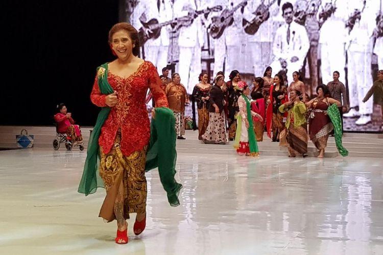Menteri Kelautan dan Perikanan Susi Pudjiastuti mengenakan kebaya rancangan Anne Avantie di Indomesia Fashion Week (IFW) 2018, JCC, Jakarta, Kamis (29/3/2018).