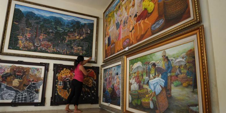 Widi (41) memeriksa beberapa lukisan yang ada digaleri miliknya, Manacika, di desa Penestanan, Ubud, Bali. Ini merupakan salah satu geleri terbesar di sana