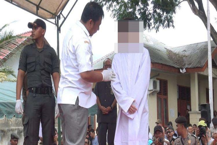 Petugas kesehatan memastikan kondisi kesehatan terpidana kasus liwath (hubungan sejenis) yang mendapat vonis cambukan sebanyak 85 kali yang dillaksanakan di Mesjid Asy-Syuhada Lamgugop Banda Aceh, Selasa (23/5/2017).