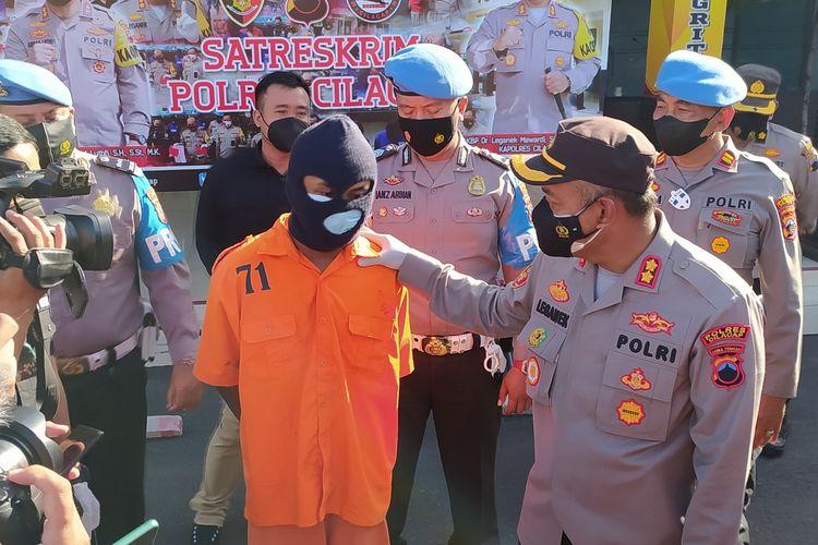 Tersangka pembunuhan terhadap ibu kandung, RS (23) dihadirkan saat ungkap kasus di Mapolres Cilacap, Jawa Tengah, Kamis (9/9/2021).