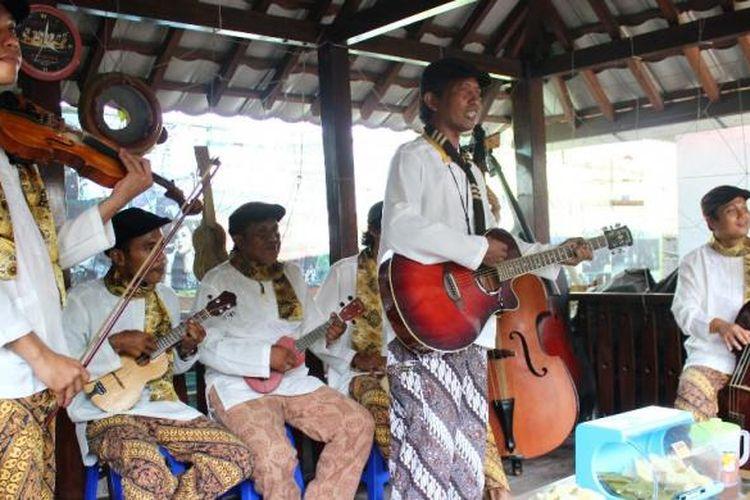 Grup musik Kroncong Cafrinho Tugu yang sedang memainkan musik kroncong tugu. Musik kroncong tugu sendiri merupakan seni musik akulturasi dari budaya Prtugis, Melayu, Arab dan Betawi.